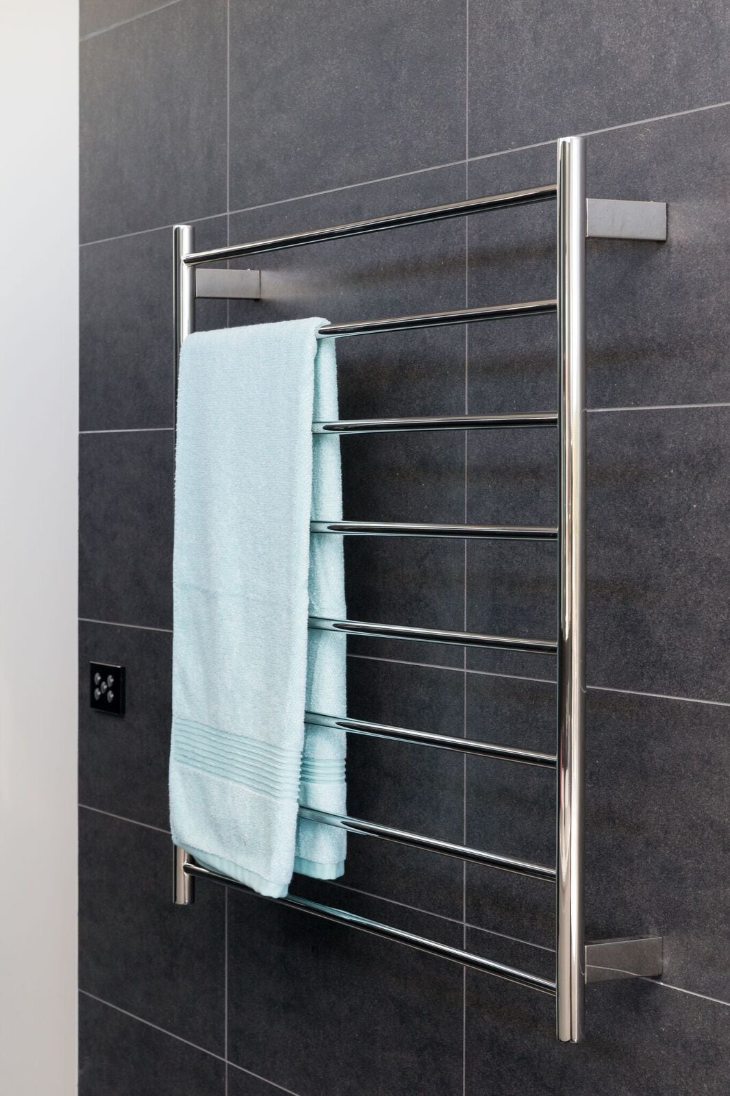 round-tube-heated-towel-rail-with-blue-towel