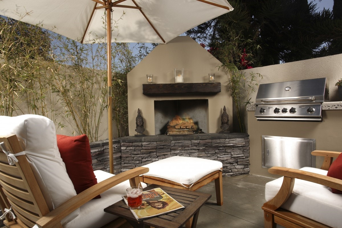 outdoor kitchen in backyard patio